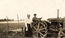 Femme ? et enfant ? sur tracteur