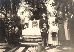 Octobre 1935 - Fiançailles René LANDRIEU (444) /Antoinette DEBISSCHOP - Rue d'Orchies à St-Amand- les-Eaux, chez Louis DOREMIEUX : 1-Léon DEBISSCHOP (père de la fiancée), 2-Tante Pauline-Flipo, 3- Jacques LANDRIEU (443), 4- Léon DEBISSCHOP (petit-fils), 5-Micheline LANDRIEU (4411), 6-Bernard LANDRIEU (4413), 7-Michel LANDRIEU (445), 8-Roger DOREMIEUX, 9-René LANDRIEU (444), 10-Marie-Madeleine THEILLIER-LANDRIEU (x 443) (dite tante Manon), 11-Antoinette DEBISSCHOP, 12- ?, 13-Marguerite DOREMIEUX-LANDRIEU (x 44), 14-Hélène DOREMIEUX, 15-Tante Rosette DEBISSCHOP-BOUTRY, 16- ?, 17-Lèon DEBISSCHOP (fils), 18-Jean-Pierre LANDRIEU (4432), 19-Philippe LANDRIEU (4431)