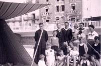 1937 - Famille Gustave LANDRIEU (44) - A Quiberon - 3° rang : Michel (445) - Marguerite (x 44) - Jacques (443) - Louis (4416) - Monique (x 441) - Tante Manon (x 443) 2° rang : Claude (4412) - Micheline (4411) - Jean-Pierre (4432) - Philippe (4431) 1° rang : Guy (4434) - Bernard (4413) - Jean-Marie (4414) - Colette (4435) - Xavier (4415) - Thérèse (4433)