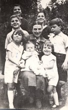 Eté 1938 - Au Vésinet - De haut en bas : Micheline (4411) - Claude (4412) - Bernard (4413) - Monique (x 441) - Jean-Marie (4414) - Xavier (4415) - Pierre (4417) - Louis (4416)