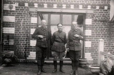 Janvier 1940 - A Huby St Leu - René LANDRIEU (444) entouré de ses deux beaux-frère : Henri DEBISSCHOP (à gauche) et Albert DEBISSCHOP (à droite) en permission pour le décès de leur père.