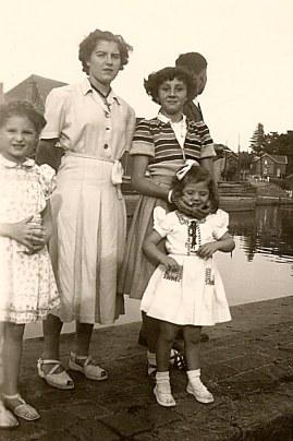 # 1950 - Famille Philippe LANDRIEU (261). 2° rang : ? - Colette SINGER (1613) - Mireille LANDRIEU (2611) - ?. 1° rang: Pierrette LANDRIEU (2612)