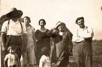 """1929 - A """"La Vierge"""", dans les champs. Adultes : Michel LANDRIEU (171) ; Noémie POYER-LANDRIEU (x 171) ; Gisèle POYER-LANDRIEU (x 173) - ? - Denis LANDRIEU (173). Enfants : Bernard LANDRIEU (1711) ; Jacqueline LANDRIEU (1731)"""