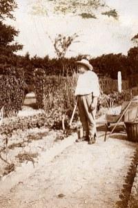 1933 - Gaston LANDRIEU (17) au jardin