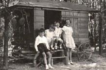 """1936 - A """"La Vigie"""", """"la Cabane"""" : Bernard, Nicole et Jacqueline LANDRIEU, Françoise PADIEU"""