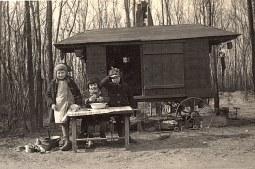 """Février 1935 - A """"La Vigie"""", """"la Cabane """" : Bernard, Jacqueline et Nicole LANDRIEU"""