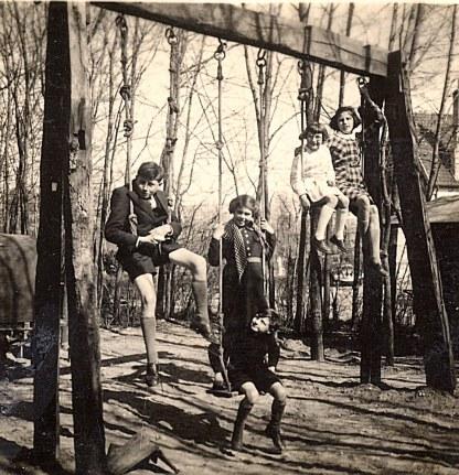 """1940 - A """"La Vigie"""", sur le portique : Bernard, Nicole, D. Sagot, Jacqueline, Max"""