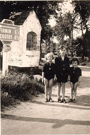 """Les enfants, Monique, Jacquie et Jean Bastien, devant la petite Chapelle de """"La Vierge"""""""