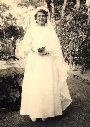 """1941 - Dans le jardin de """"La Vierge"""" - Communion de Nicole"""