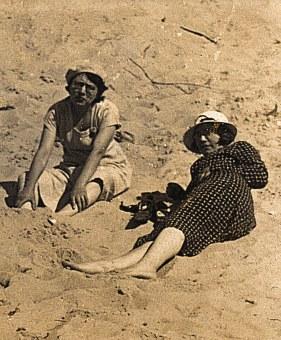 Noémie et Gisèle POYER-LANDRIEU à la plage