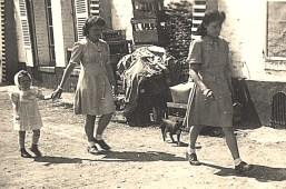 """1944 - Au """"Grand-Logis"""" - Pendant la Guerre, les Allemands, qui avaient réquisitionné le """"Grand Logis"""", empilaient les bouteilles à cet endroit : Anne-Marie, Nicole et Jacqueline LANDRIEU"""