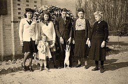 """1945- A """"La Vigie"""" : Jacqueline, Nicole, Bernard LANDRIEU, Henriette WARIN, Hélène, Anne-Marie, Miette le chien"""