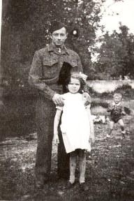 1947 - Bernard soldat et Anne-Marie et, derrière, Maurice LANDRIEU (1631)