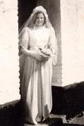 """16 Avril 1947 : Mariage de Jacqueline LANDRIEU (1731), Jacqueline sortant du """"Grand Logis"""""""
