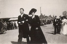 16 Avril 1947 : Mariage de Jacqueline LANDRIEU (1731). Arrivée à l'église : Jean DUCROCQ et sa mère