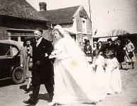 16 Avril 1947 : Mariage de Jacqueline LANDRIEU (1731). Arrivée à l'église : Denis L (173) et Jacqueline L (1731)