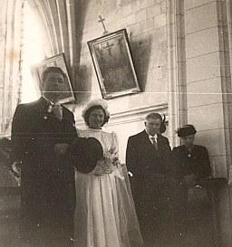 16 Avril 1947 : Mariage de Jacqueline LANDRIEU (1731). Dans l'église : les mariés, Denis LANDRIEU (173), Hélène DUFOURNY (x 17)