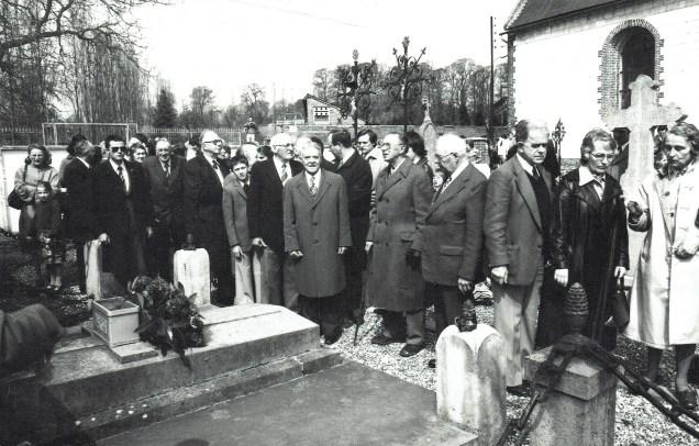 Laa famillee devant ladite tombe lors de la première cousinade en 1979