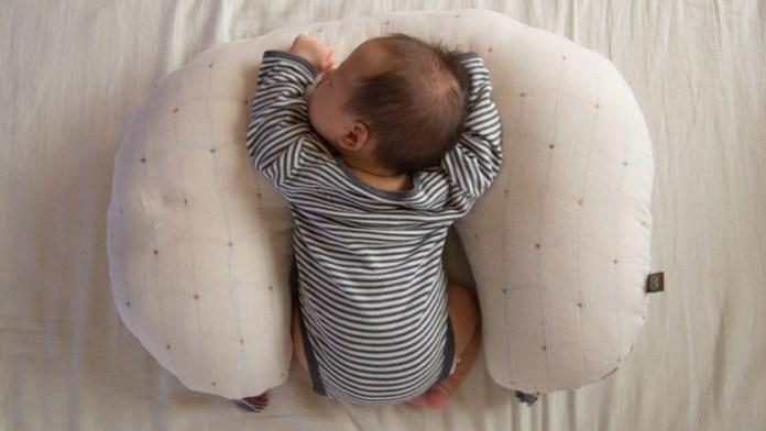 赤ちゃん授乳クッションでうつぶせ寝