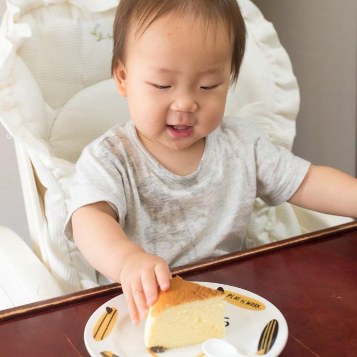 りくろーおじさんの焼きたてチーズケーキを食べる赤ちゃん。