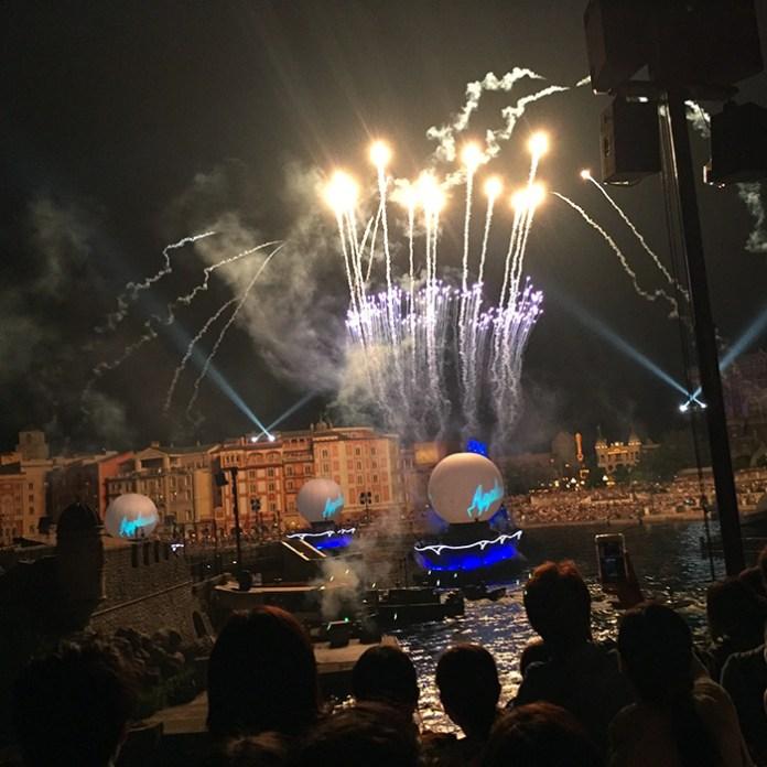 夜にはじまったショー。派手な演出で、かなり大迫力! #TDS