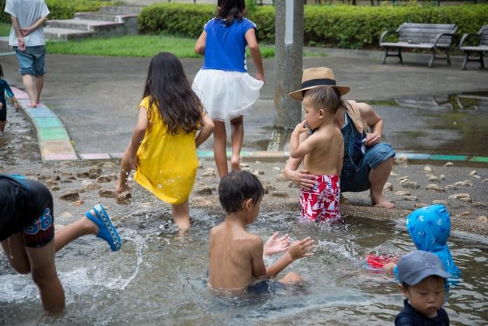 ジャブジャブ池で遊ぶ子供達(駒沢オリンピック公園)