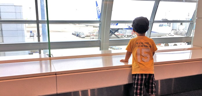空港で飛行機を眺める息子