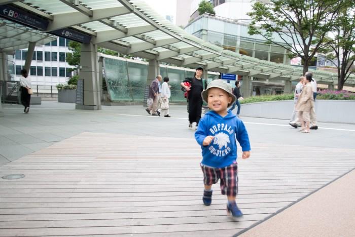 六本木ヒルズで走る息子、2歳半