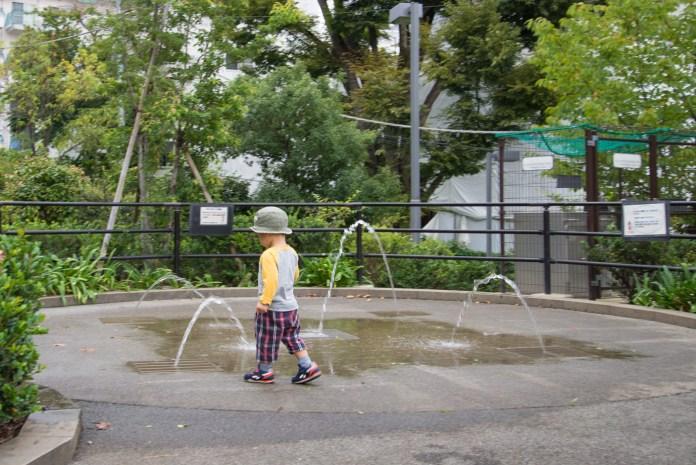 港区立檜町公園の噴水を見つけた子供