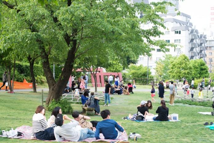 港区立檜町公園でレジャーシートを敷いて楽しむ人々