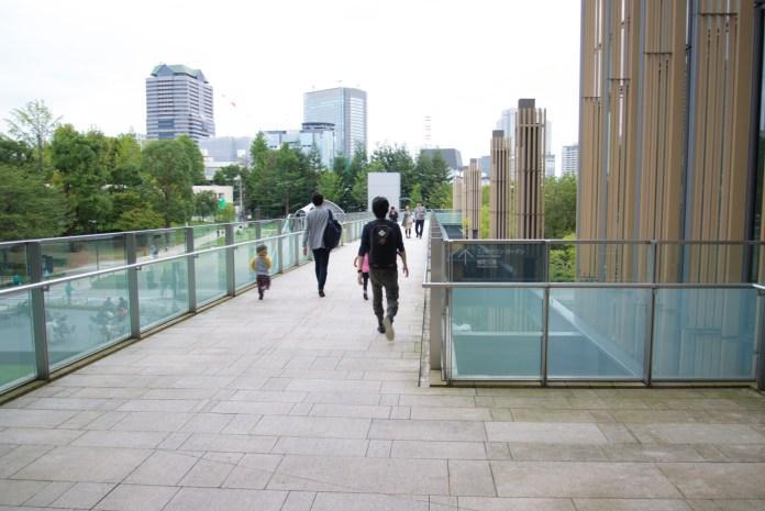 東京ミッドタウンと公園をつなぐ通路