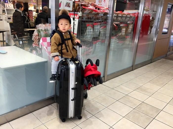 スーツケースに乗る子供