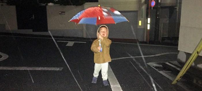 はじめての傘、2歳10ヶ月
