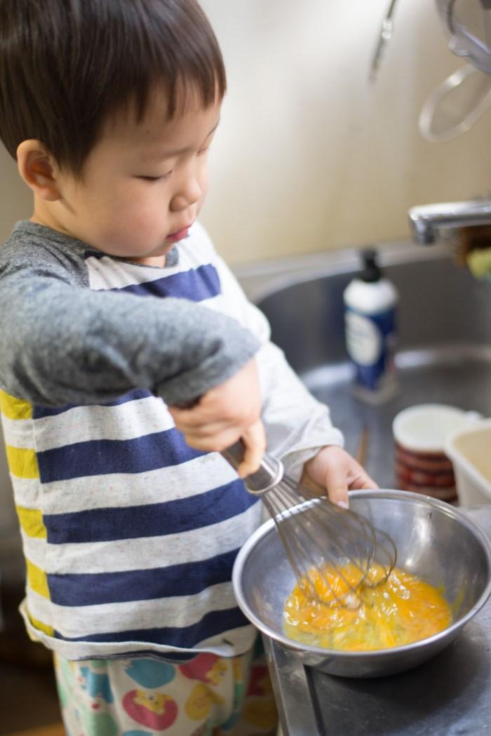 2歳の料理「フレンチトースト」割ったたまごを泡立て器で混ぜます