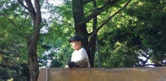 平日の公園。三つ子を公園で遊ばせるママと、関西人気質を忘れない東京在住パパ