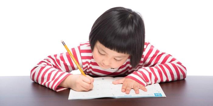 勉強に集中する女の子