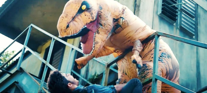 恐竜から追いかけられ逃げる、子供向けのYouTube動画。空気で膨らむエアー着ぐるみなのに大迫力!