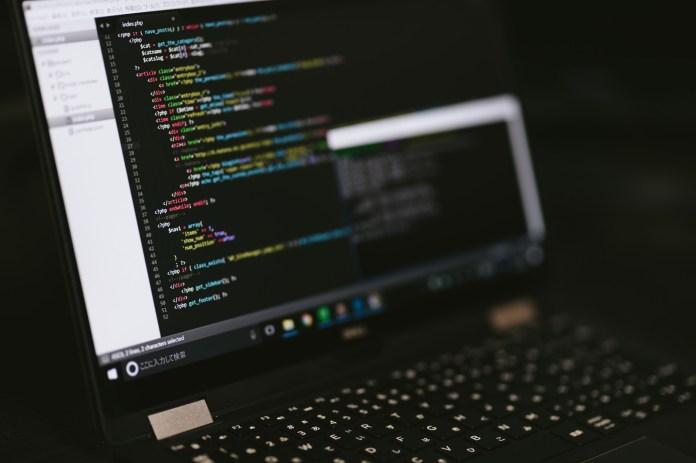 コーディング中のパソコン画面