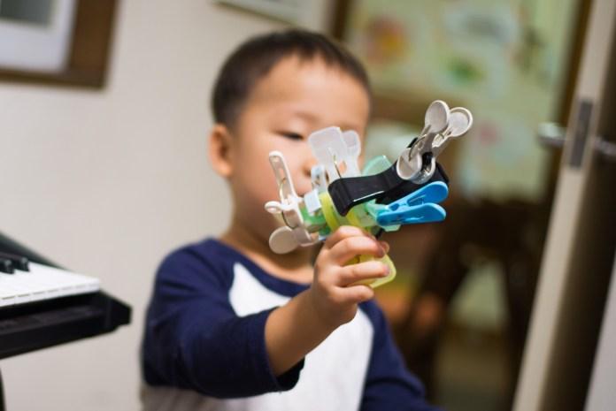 洗濯バサミで作った銃と3歳の息子