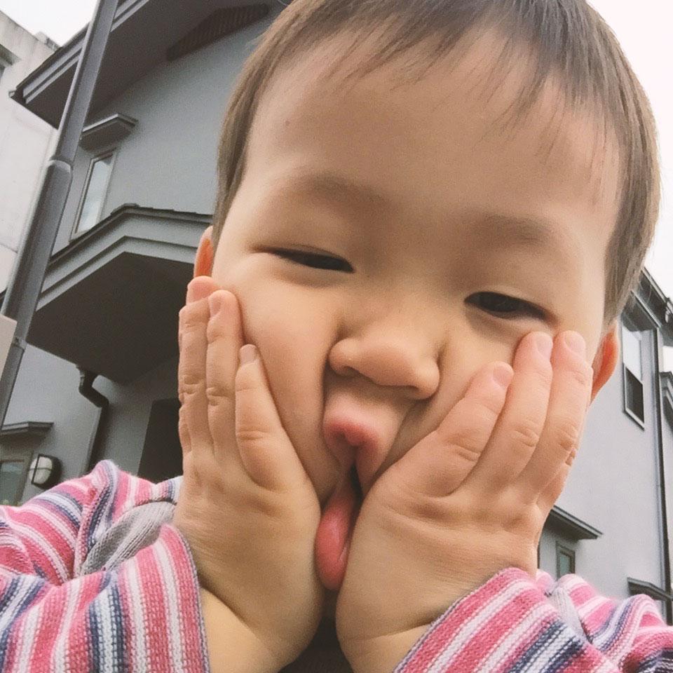 アッチョンブリケの顔をする3歳の息子