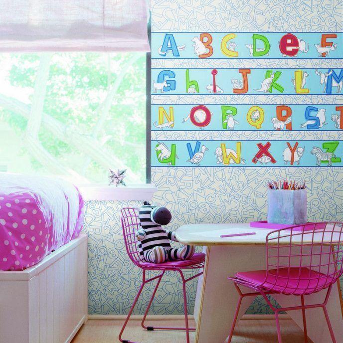 Cenefa de letras y animales en color celeste sobre el papel pintado del mismo modelo
