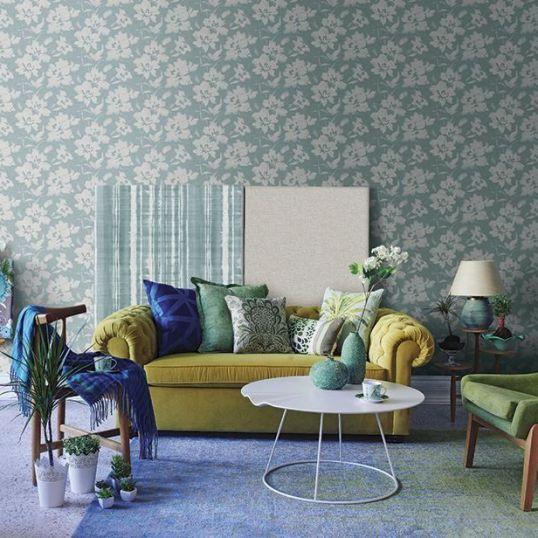 Papel para pared de flores turquesa colocado en salón