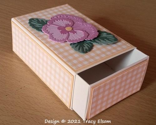BB85 Gingham Pansy Box
