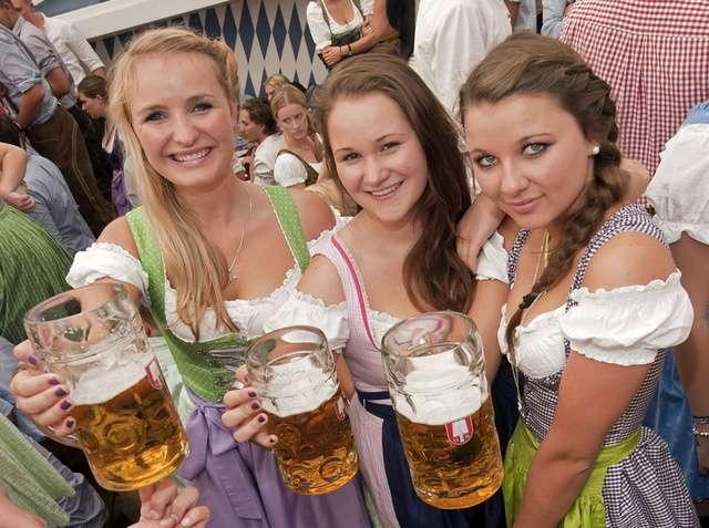 Bier-in-Deutschland-ein-Stueck-Volkskultur-hier-am-Oktoberfest-in-Muenchen-Archiv-