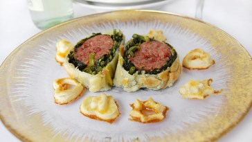 primo-piano-cotechino-con-spinaci-in-crosta-di-pasta-sfoglia