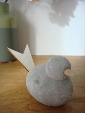 Vogel aus Beton und Holz