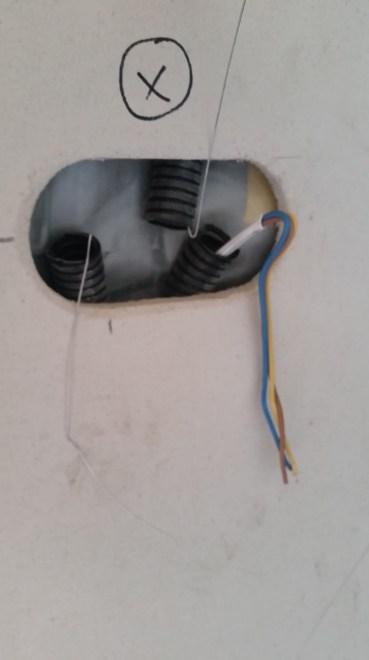Przeciągnięte kable elektryczne przez peszle