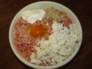 В мясной фарш добавить рис, лук, яйцо