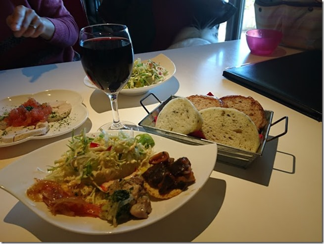 ランチについてくる前菜とサラダとフォカッチャ