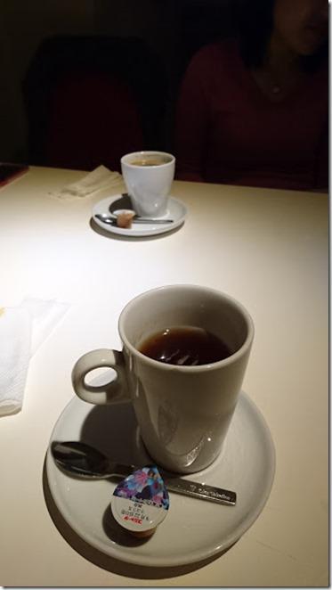 手前が紅茶で奥がコーヒー